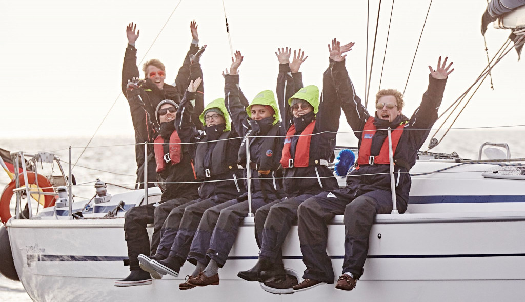 Strahlende Menschen in Segelsachen auf Boot