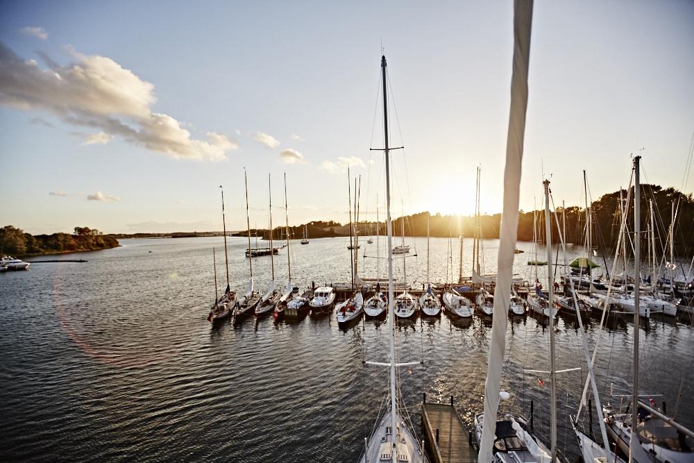 Segelschiffe vor Sonnenuntergang in Hafen