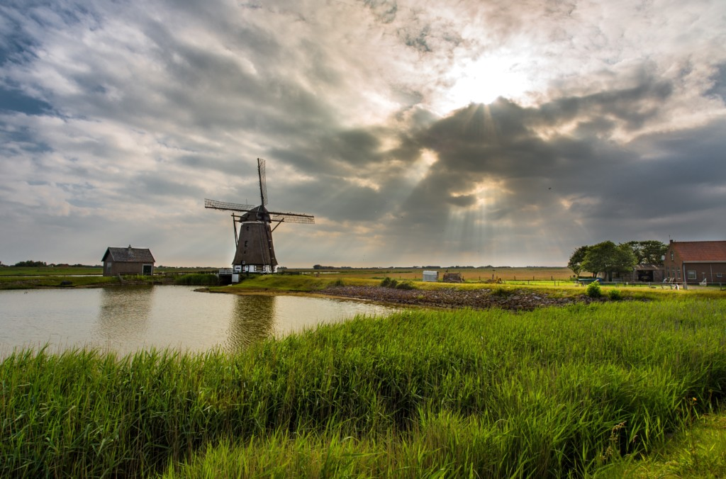 Wolken über dem IJsselmeer im Herbst