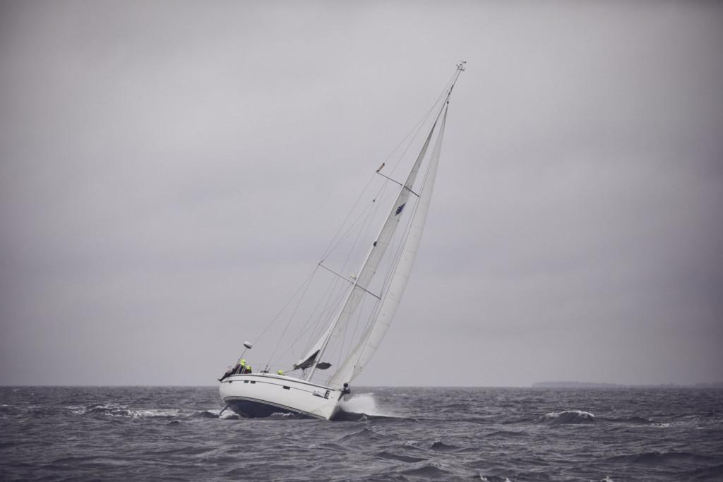 Segelyacht bei viel Wind auf der Ostsee
