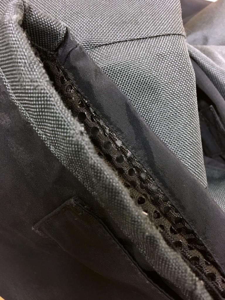 Gebrauchte Segelbekleidung: Ausgefranster Hosenbund an schwarzer Segelhose